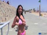 Anissa Kate s'entraine les seins à l'air