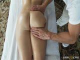 Eve Laurence se fait masser