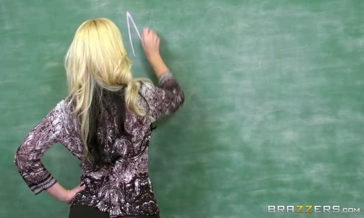Alena Croft se tape deux élèves en cours