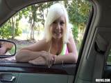 Cette blonde se fait niquer dans une bagnole