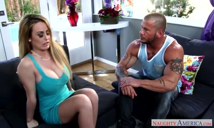 Corinna Blake n'hésite pas à tromper son mari avec un mec bien musclé
