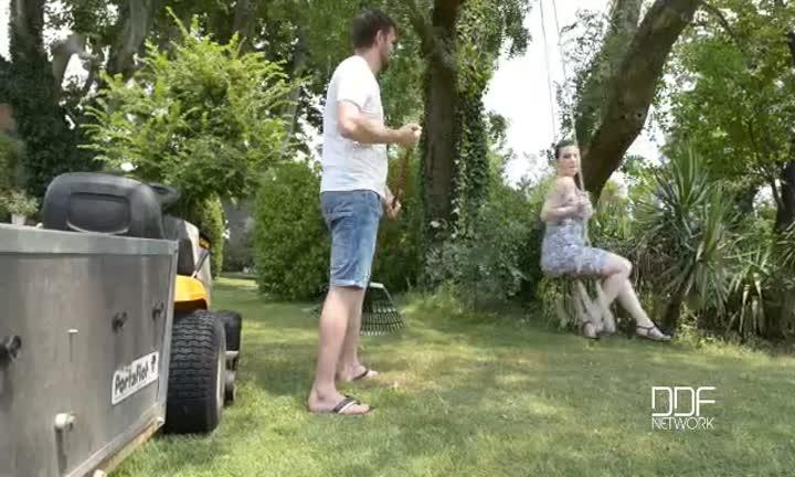 Harmony Reigns se fait sauter dans son jardin