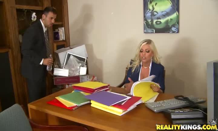 Britney Amber pour une partie de jambes en l'air au bureau