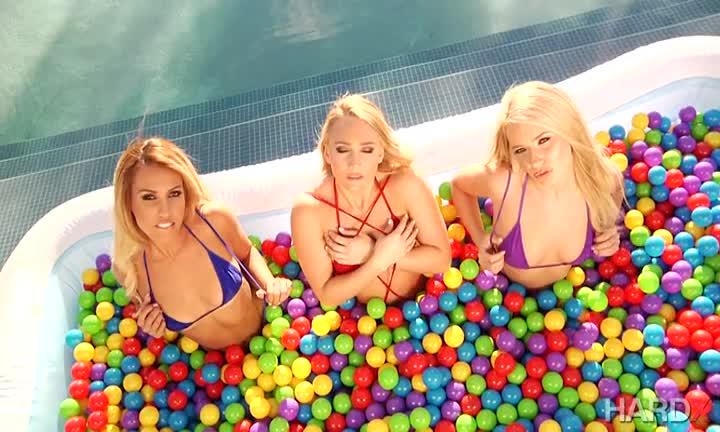Ces blondes se font un kiff en trio