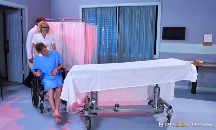 Kagney Linn Karter est l'infirmière de tes rêves