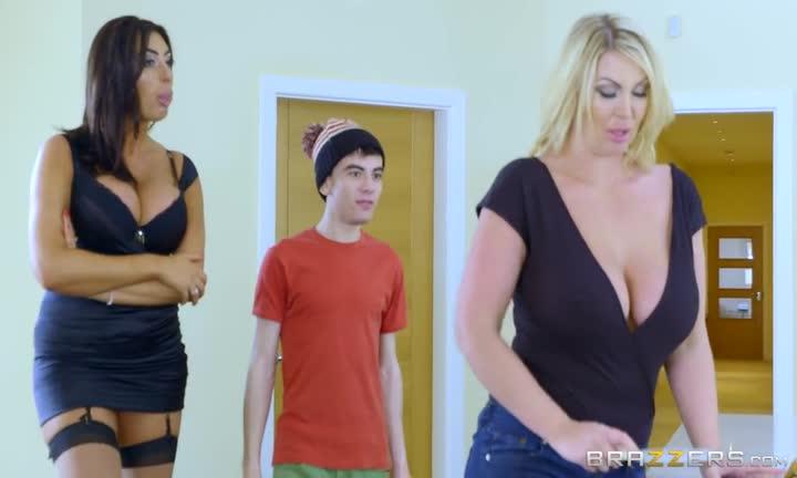 Leigh Darby et Ava Koxxx font plaisir à un jeune branleur