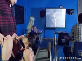 La prof baise pendant que les élèves regardent un film
