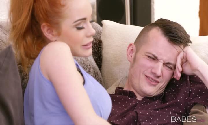 Ella Hughes et Rebecca Moore baisent un chanceux
