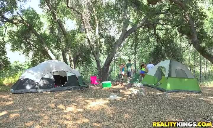 Cassidy Banks se fait culbuter sous la tente pendant les vacances