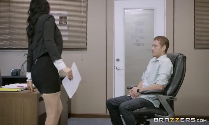 Cette fille aux gros seins experimente le sexe au bureau