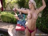 Nina Elle en bikini donne des idées à ce mec