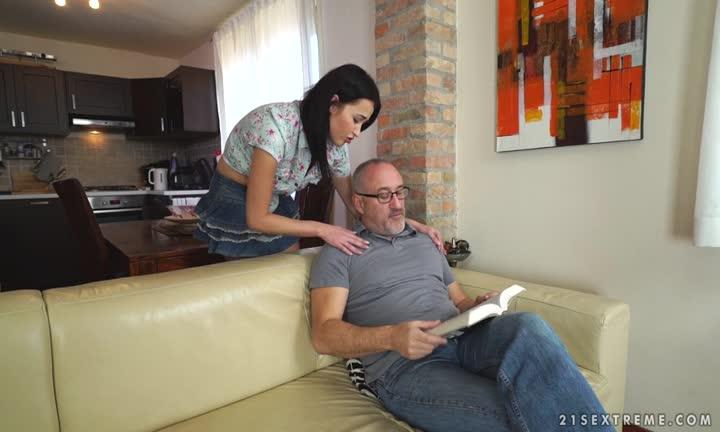 Grand père baise avec sa petite fille