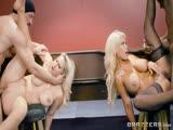 Deux blondes aux gros seins baisent avec leurs braqueurs au casino