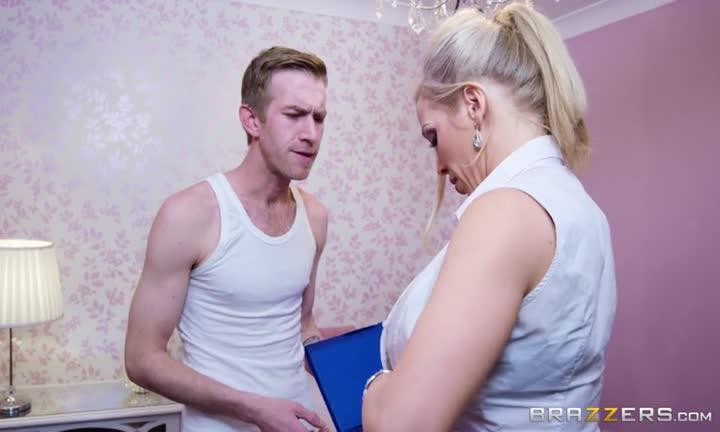 Rebecca Moore profite à fond de son masseur
