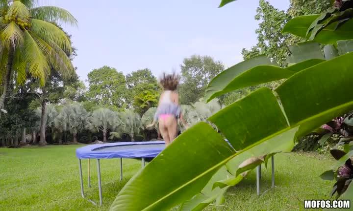 Ivy Rose s'envoie en l'air sur un trampoline