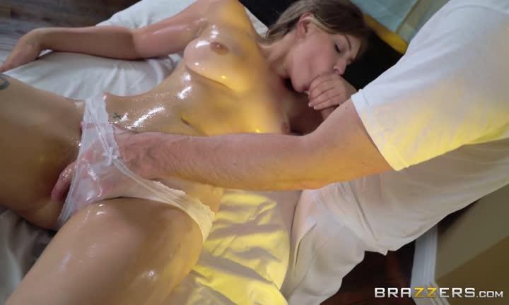 Giselle Palmer s'accouple pendant sa séance de massage