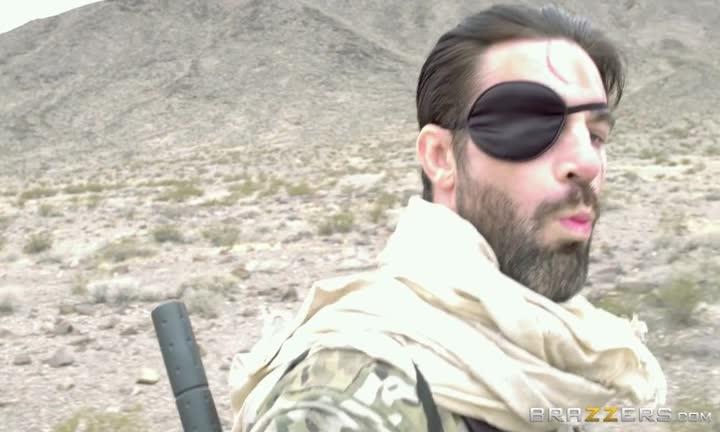 Casey Calvert se fait prendre en plein milieu du désert