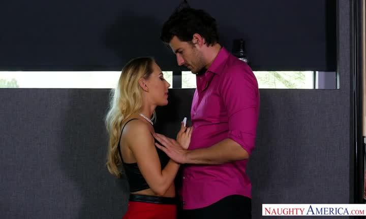 Ce couple baise dans une salle de cinéma