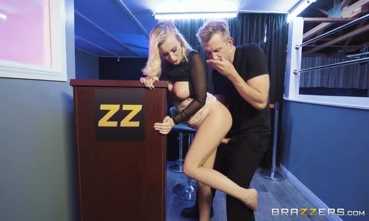 Bailey Brooke se fait tringler sur un pupitre