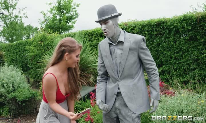 Alessandra Jane prise dans un jardin à la vue de tous