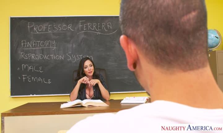 Ariella Ferrera sautée en salle de classe