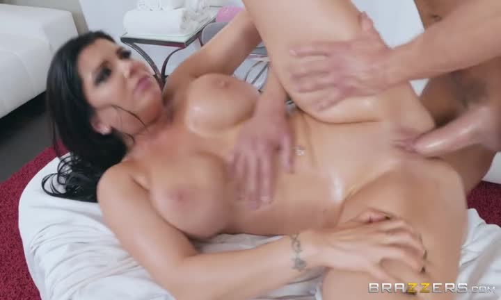 Romi Rain la prend bien profond après un bon massage