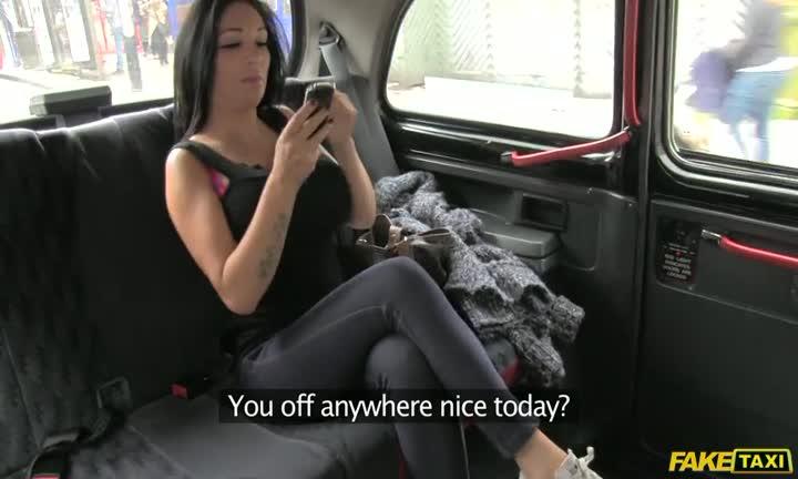 Emily B se fait prendre par son chauffeur de taxi