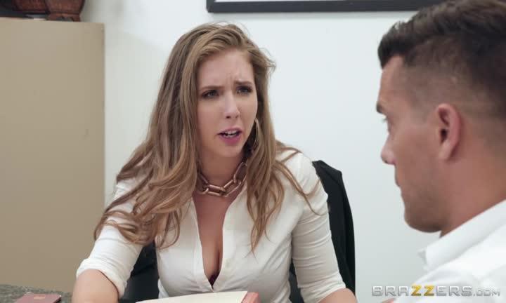 Lena Paul nique son patron au bureau pour gratter une augmentation