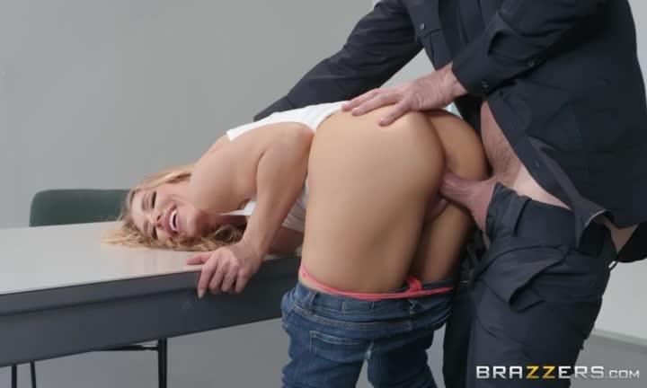 Nicole Aniston se tape le policier pour ne pas finir en taule