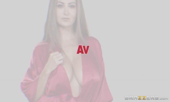 Ava Addams se fait plaisir sur le canapé