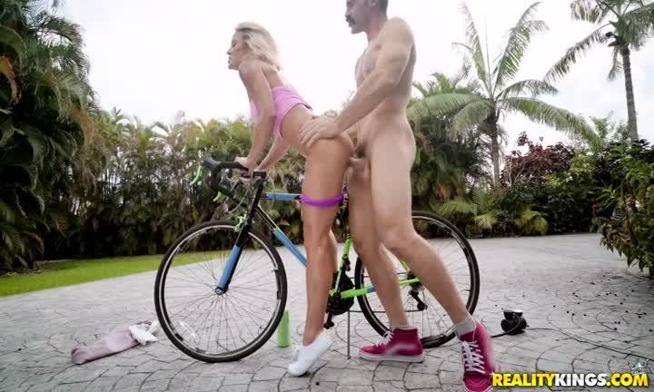 Sydney Hail pour une session vélo très coquine