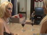 2 blondes aux gros seins pour un réparateur TV