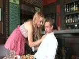 Lexi Belle se tape le serveur dans un bar