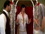 Courtney Cummz pour un mariage très hot