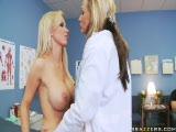 Nikki et Nikki sont chez les médecin...