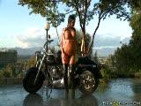 Angelica Heart sur une moto