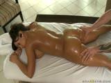 Lisa Ann se fait masser le cul