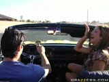 Hunter Bryce sur le capot d'une voiture